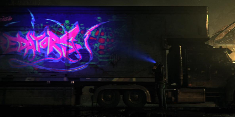 طراحی عجیب کلمه PREDATOR (درنده) بر روی کامیون با رنگهای قرمز و سبز